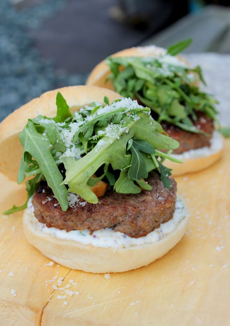 Hamburger with mushrooms, arugula and a creamy mustard dressing