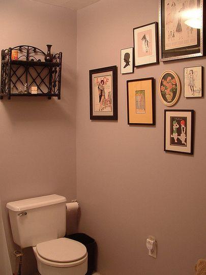 壁に掛けてある絵や棚がおしゃれ