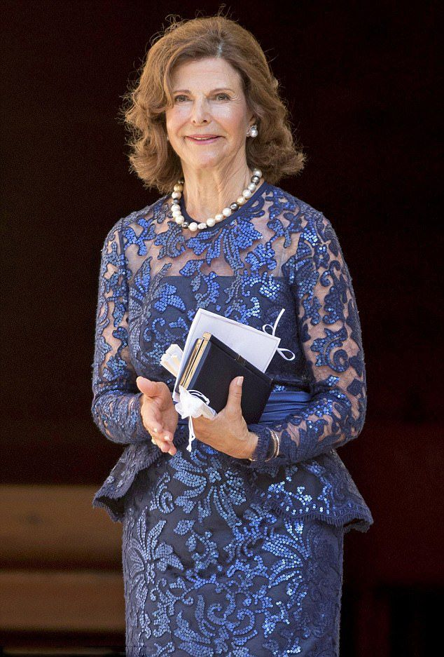 As the godmother of Helena Sommerlath is Queen Silvia of Sweden , who is for the occasion, did not hesitate to repeat the same dress she had worn at the opening concert of the Bayreuth Festival in Germany in late July 2017: a two-piece set consisting of Long skirt and dark blue lace body with illusion neckline and sash, she accessorize with the same pearl necklace.