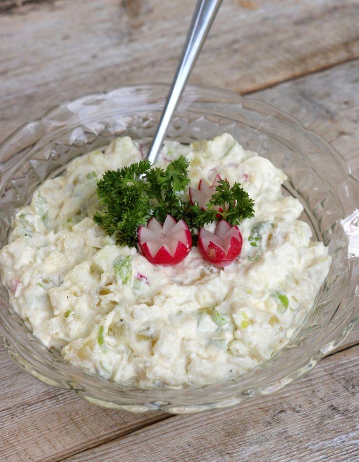 lindastuhaug | Lett og god potetsalat - Potetsalat, 4-5 personer Ca. 600 g poteter 1 grønt eple 1/2 purreløk eller 3 vårløk 2 ss hakka sylteagurk* 3 reddiker* 3-4 dl kesam/ gresk yoghurt/ rømme/ creme fraiche 2-3 ss majones, kan sløyfes 2-3 ss lake fra sylteagurken* litt sukrin+, evt. sukker salt og pepper