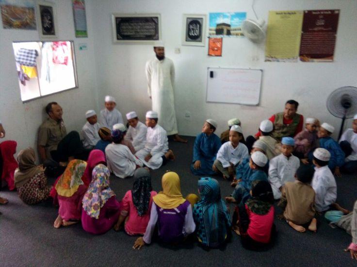 Agar Pengungsi Rohingya Tak Bergantung Lagi pada Donasi  Tulisan ini merupakan artikel lanjutan | Baca halaman sebelumnya  KIBLAT.NET  Berdasarkan pengakuan para pengungsi Rohingya yang tinggal di Johor mereka sudah banyak yang menetap lama di negara tersebut. Seperti Said ia mengaku datang ke Malaysia sejak tahun 1988. Ada yang sudah 20-30 tahun tinggal di Johor. Mereka beranak-pinak di sini tapi mereka tidak diberikan kewarganegaraan kata Said yang berasal dari Sittwe.  Di Johor para…