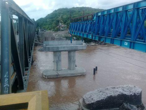 Ket Gambar : Jembatan lasape yang masih dalam proses renovasi, pembuatan jembatan Baru. Yang terletak di atas aliran sungai saddang tepatnya Perbatasan kec. Duampanua-patampanua kab. Pinrang Rabu, (18/1/2017) pukul 17:00.