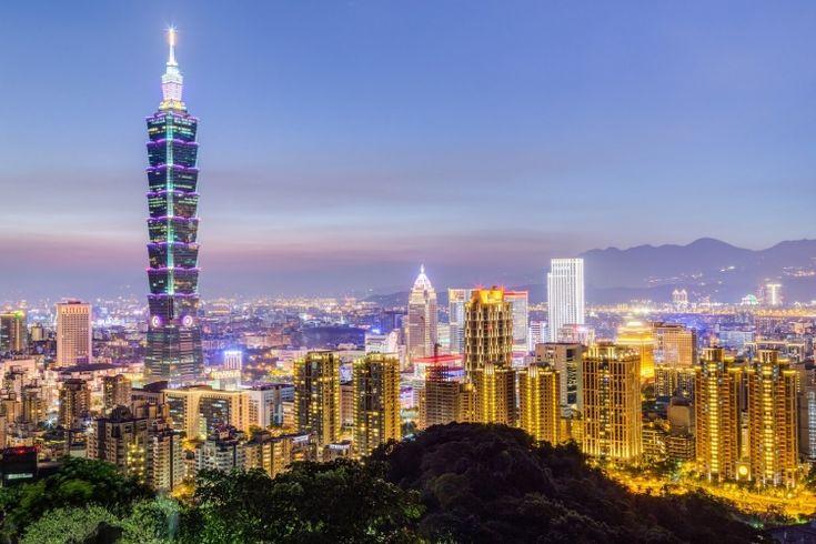 魅力がいっぱいに詰まった台湾の首都・台北。観光地やおいしいグルメなど見どころが満載で、どこに行っていいのか迷ってしまいがち。たくさんの名所がある台北のなかでも、定番中の定番といえる観光スポットをまとめました。 台北のシンボルタワーである「台北101」や、緑いっぱいの「猫空」、アクセスの良い「台北動物園」、そして歴史的な作品が所蔵される「故宮博物院」など、訪れたくなるようなスポット30選を紹介します。初めて台北を訪れる方はもちろん、リピーターの方も改めてチェックしてみると、きっと新しい発見がありますよ。