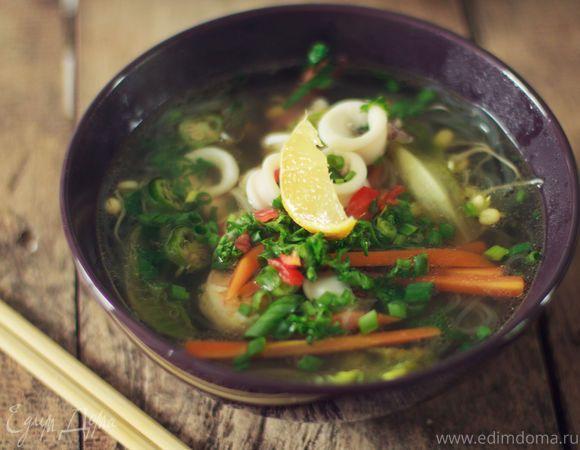 Фо с морепродуктами (вьетнамский суп). Ингредиенты: морковь, бамия, чеснок