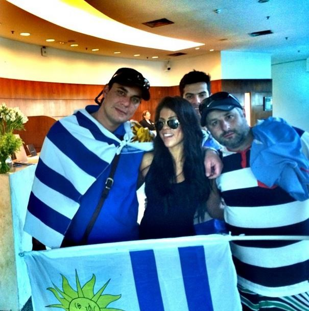 La hinchada #Uruguaya quiso una foto con La colombiana ✌️ #elmundialconlahinchada #worldcup