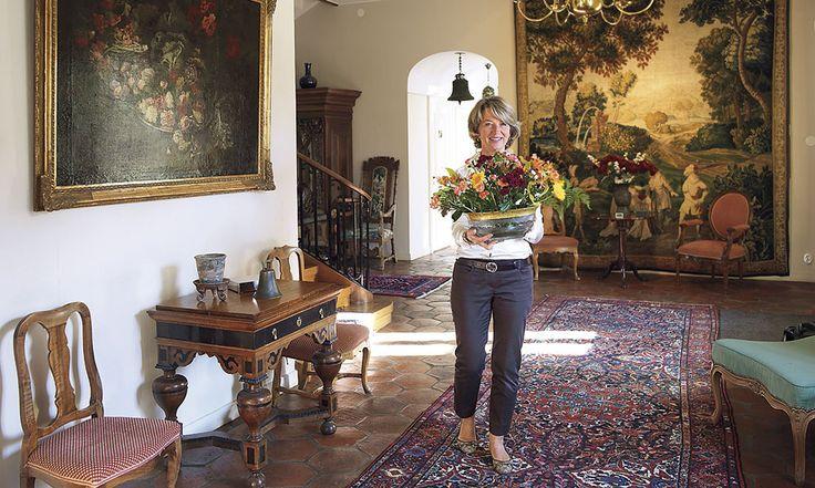 Ellinge Slott I hallen finns en vacker fransk gobeläng. Motivet är duellanter i klassiskt parklandskap.