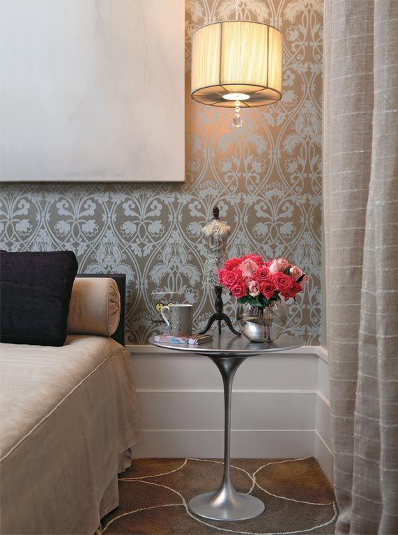 Acabamento metalizado da mesa Tulipa dialoga com o papel de parede do mesmo tom.