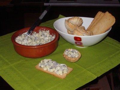 Haringsalade (zure haring) is een lekker recept en bevat de volgende ingrediënten: 2-3 zure haringen, 1/2 appel (jonagold of elstar), 3 el yoghurt, 2 el room, 1-2 tl mierikswortelpuree, 1 el bieslook, peper naar smaak