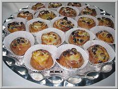 Koffiebroodjes met pudding en rozijnen