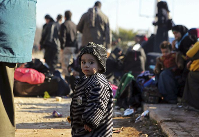 시리아 알레포가 정부군과 반군사이에 치열한 교전이 잠시 중단된 틈을 이용해 12월 19일 시리아 난민들이 시리아 북부 터키인근 라쉬딘 난민캠프에 도착하고 있다. AP연합뉴스