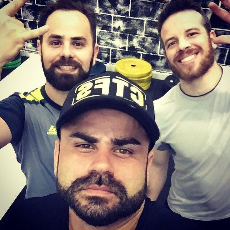 """Os Barbudos depois de um Treino Insano.  EMOM 24 minutos ( cada minuto )  A- 10 a 20 Pull up Unbroken  B- 30"""" Max Box Jump over ( 12reps )  C- 40"""" Max Wall Ball ( 14reps )  D- 30"""" Max Power Snatch 35kg ( 15reps) E - Rest ( descansa o minuto )  Com os barbudos @danilosarva e @lorenzolf !! #CTFS #preparacaofisica #centrodetreinamento #performance #personaltrainer #strong #power #fitness #wellness #health #fun #nutrition #paleo #lpo #ogrebarbellclub #barbell #saude #qualidadedevida #core360…"""