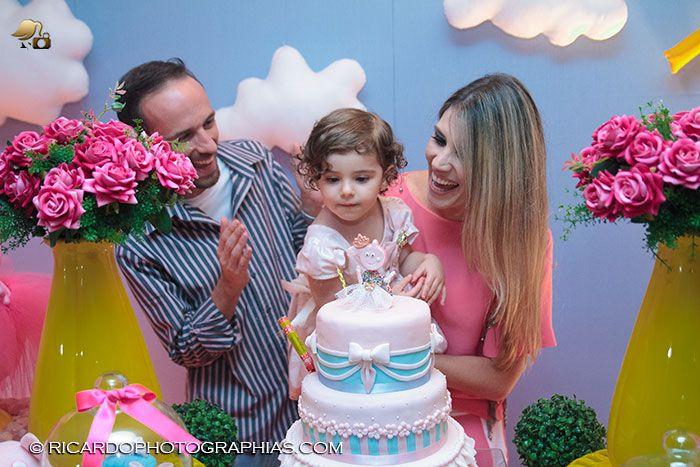 #fotografiainfantil #fotografiadefamilia #aniversarioinfantil #festainfantil #infantil A Lívia é uma menina que acompanhamos sempre, e foi uma alegria poder estar presente em seu segundo aniversário e presenciar seu entusiasmo.Na residência de Cezar e da Ana Cláudia, seus pais, esta...