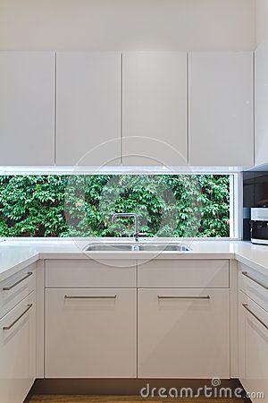 vier de cuisine contemporain r sidentiel avec la basse fen tre montrant a cuisine pinterest. Black Bedroom Furniture Sets. Home Design Ideas