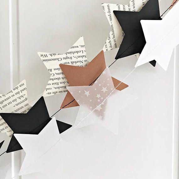Schlichte Girlanden aus Papiersternen. Für das Fenster, die Wand, am Treppengeländer, Baulschmuck oder Geschenkband. ca. 23 Sterne ca. 1,80m lang verpackt mit Anhänger Preis pro Girlande Bitte Wunschdesign angeben Handarbeit - jede Girlande kann etwas anders ausfallen