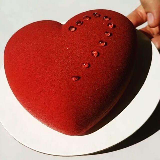 Создание маленького бархатного подарка Покрытие торта велюром в последнее время вызывает столько вопросов, что я решила поделиться с вами этим видео. Велюр - это нанесение растопленного шоколада и какао масла на замороженный торт краскопультом. Касаясь торта, микроскопические капельки шоколада моментально застывают, образуя бархатистую поверхность. На моих мастер классах мы подробно разбираем эту технику украшения. Но если у вас есть вопросы, то задавайте их в комментариях, всем отвечу