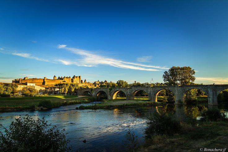 https://flic.kr/p/MtNUCp   Carcassonne-013   La cité, le pont vieux et l'Aude:...mais c'es à Viollet le Duc, que reviendra la tâche de parachever la restauration (1845/1879), [puis à  Paul Boeswillwald (1879 - 1910) ] en lui  rendant la physionomie que les ingénieurs royaux lui avaient donnée au XIIIe siècle. et qu'on connait à l'heure actuelle. Ces travaux ont créés beaucoup de polémiques,  les toitures coniques et leurs couvertures en lauzes d'ardoise étant considérées comme une imitation…