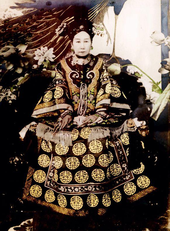 """Cixi (de son vrai nom Yehenala) fut impératrice de chine, de 1861 à 1908. Elle succéda à son défunt mari Xianfeng, qui l'avait choisie comme concubine impériale. On parle dans ce cas d'impératrice douairière car Cixi """"récupéra"""" une part du statut et des biens de son défunt mari."""