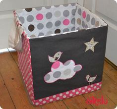 Rangement pour chambre d'enfant avec cartons à l'intérieur