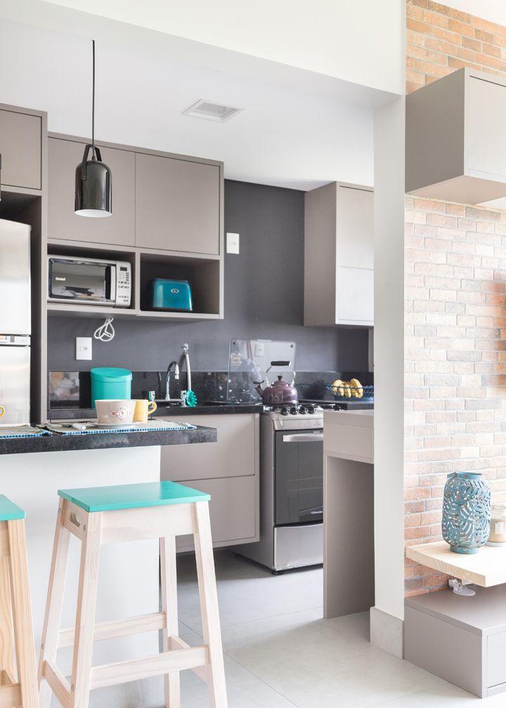 Cozinha integrada com armários na cor fendi