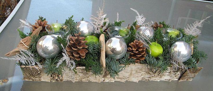 Langwerpig kerststuk in berkenschorsschaal