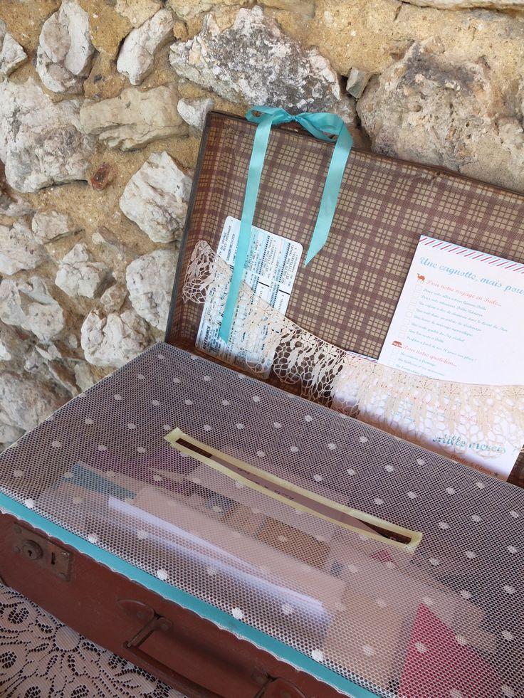 Valise vintage customisée en guise d'urne de mariage
