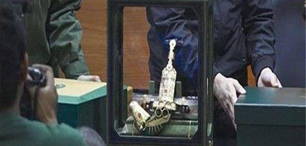 Endonezya yolsuzlukla mücadele komisyonu Suudi Arabistanın kralı <Salman bin Abdülaziz> altın rolex saatler, gösterişli dolma kalemler, altın kabzalı arap kılıcı , altın yüzükler ve elmas teklif etti.
