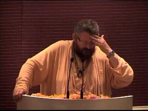 Conferencia Cambiando al Mundo: Srila Paramadvaiti Swami nos habla de la ignorancia y lo fundamental que es superarla. Éste es el desafío principal de nuestra vida, es lo que nos debe motivar a levantarnos, a buscar la luz, la iluminación. Debería ser el compromiso de todo ser humano, no una opción o un lujo. Siendo vegetariano damos el primer paso para dejar de ser injustos e ignorantes. Hay que cambiar el mundo, cambiándose uno mismo.