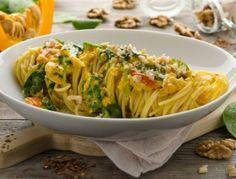 Für dieSpaghetti mit Kürbis, Walnüssen und Blattspinat zunächstdie Schalotten und Knoblauchschälen, beides inWürfel schneiden. Den Kürbis