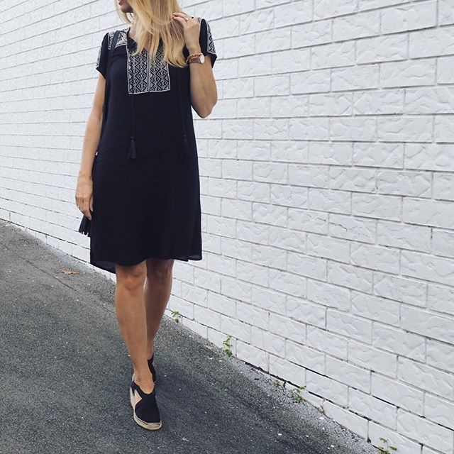 Today I wore the cutest little shift dress from @suzanne_grae ($69.95)  #bargain.  If you look closely you can see two of my favourite details - embroidery ✔️ and tassels ✔️ Wedge Espadrilles (Aramid) are from @airflexshoes. They are seriously like walking on clouds ☁️ (stylish clouds of course ). . . #suzannegrae #airflexshoes #airflex #dress #blackdress #littleblackdress #monochrome #blackandwhite #goldcoastfashionblogger #shoes #espadrilles #blonde #everydaystyle #syspringcasual #fas...