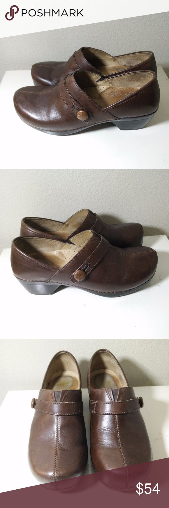 DANSKO WOMENS PROFESSIONAL CLOGS SHOES SZ 39 DANSKO WOMENS PROFESSIONAL CLOGS SHOES SZ 39 BROWN WITH SIDE BUTTON DESIGN - Very nice looking shoes - showing the odd minor stratch/scuff mark in places but still in GOOD overall condition - see pictures for more details.  (REF#2105) Dansko Shoes Mules & Clogs