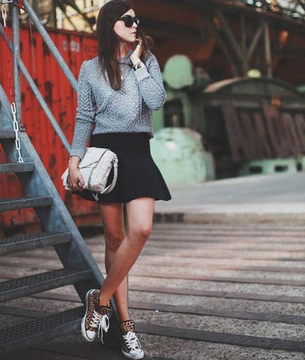 saia-tenis Saia Sino: assim como o shorts jeans, a saia sino é mini. Para não passar frio, a dica é colocá-la com um bom suéter de tricô ou a meia-calça. Aí não tem erro!