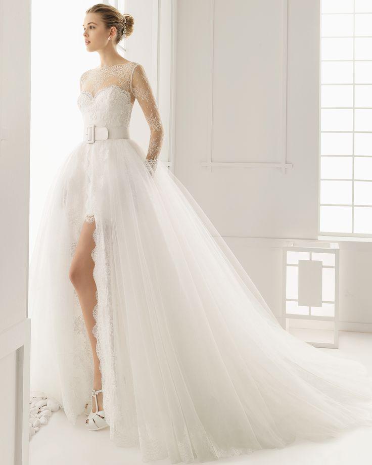 Traje de novia corto de encaje rebrode pedreria y chantilly con cola y cinturon de chantilly y tul. Colección 2016 Rosa Clará