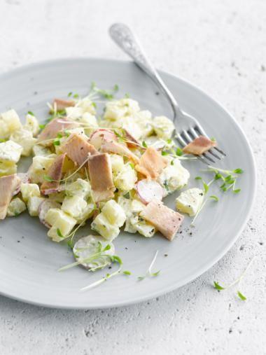 Aardappelsalade met koriander, yoghurt en gerookte forel http://njam.tv/recepten/aardappelsalade-met-koriander-yoghurt-en-gerookte-forel
