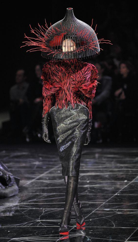 """""""A fim de ser ouvido, tem que falar mais alto"""" Desfiles de moda sempre foram, e ainda são acerca de gerar publicidade, uma estratégia artística para chamar a atenção dos meios de comunicação de massa, com o objetivo não de vender as peças de vestuário, mas sim a marca e identidade do designer. Pois são essas peças extravagantes, diferentes e inovadoras que vendem no mundo do marketing."""