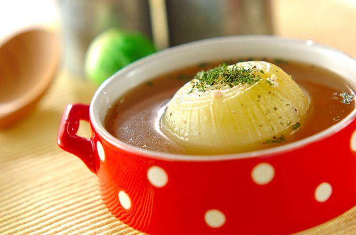 有害な活性酸素を除去してくれる「ケルセチン」たっぷりの玉ねぎを丸ごと使ったスープレシピ。玉ねぎ1個を入れて煮込むので、他のレシピに比べ少し時間がかかりますが味付けさえ決まればあとは放っておくだけの簡単レシピです。