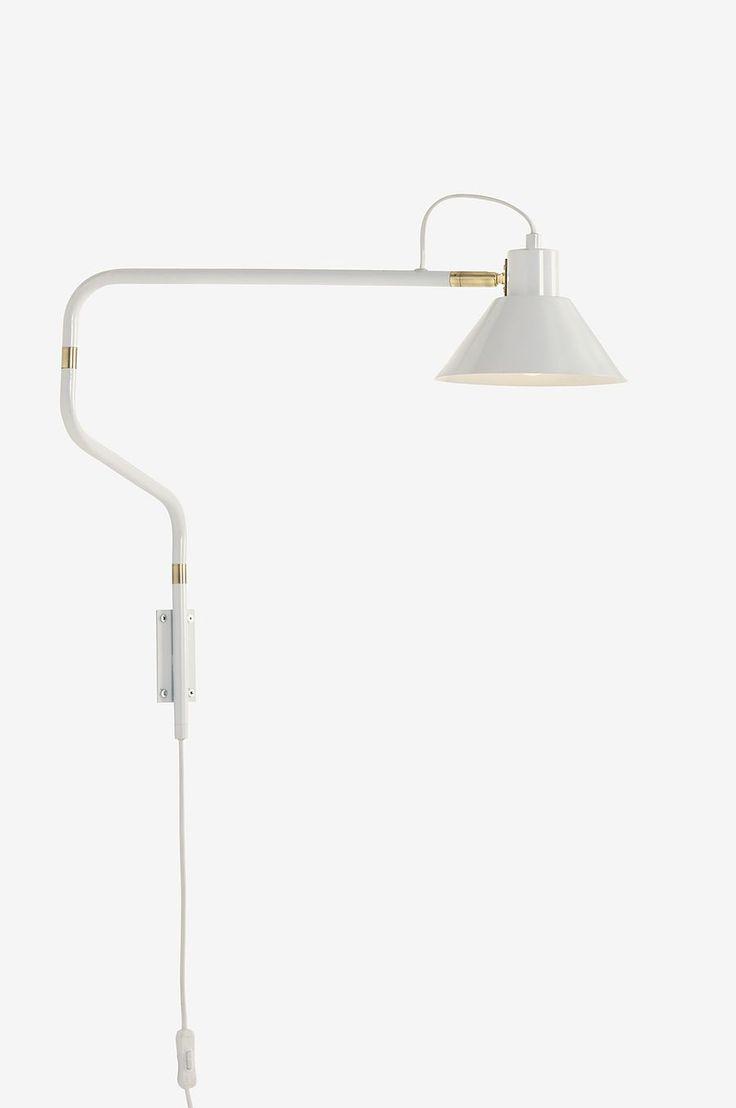 Vägglampa i lackad metall med mässingsfärgade detaljer. Stången och skärmen är vridbara i flera led. Ø skärm 18 cm. Max längd 85 cm. Höjd ca 50 cm (måtten är varierande eftersom man kan vrida lampan). Liten sockel.