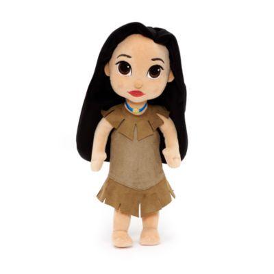 Introduisez une note d'aventures dans leurs jeux avec notre superbe poupée en peluche Pocahontas. Réinventée dans le cadre de la collection Disney Animators, l'intrépide princesse porte une robe et un collier brodé et pailleté.