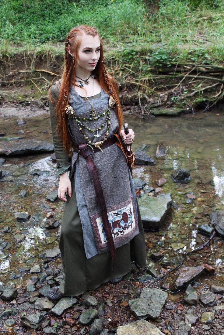 Deze Ljósálfar vrouw komt hier niet om de was te doen. Kijk ook goed naar de prachtige broches en kettingen die ze draagt en het borduurwerk op haar schort.