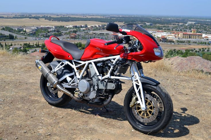 Norman Hossack decided to show us what a trellis frame Ducati could look like by engineering a front suspension with trellis uprights. You get all of the performance advantages of a hossack suspens…