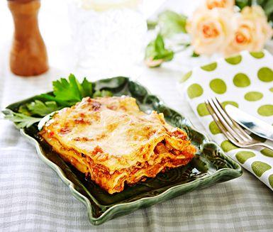 En härligt krämig lasagne där de röda linserna ger rätten ett extra tillskott av nyttiga vitaminer och mineraler. Servera gärna tillsammans med en god parmesanost och en fräsch sallad.