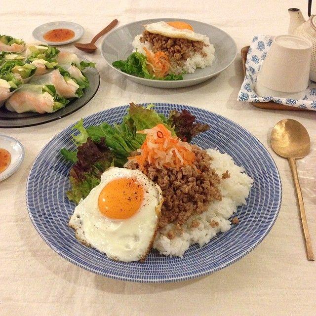 * 今日の晩ご飯は  ベトナム風ごはん ベトナム風なますのっけ♩  海老とアボカドとクリームチーズの生春巻き  週末がやってくる〜♩ 一週間お疲れさまでした!  #料理#晩ご飯夜ごはん#おうちごはん#うちごはん#いただきます#ワンプレート#ワンプレートごはん#アジア料理#ベトナム料理#24avec#アベック#器#うつわ#暮らし#日々#食卓#onthetable