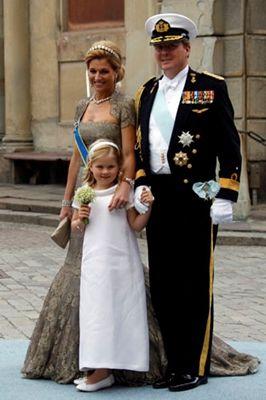 "Victoria of Sweden is godmother to Prinses Amalia.  Amalia was bridesmaid for Victoria.  ""Stockholm, 19 juni 2010: de Prins van Oranje, Prinses Máxima en hun dochter Prinses Catharina-Amalia - Het Koninklijk Huis"""