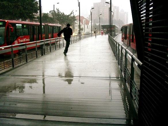 Corriendo bajo la lluvia. Imágenes de Bogotá que inevitablemente hacen pensar en dónde dejaste el paraguas