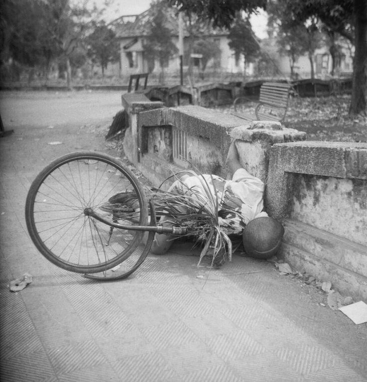 Seorang TNI tertembak disebuah jembatan dengan sepedanya di Malang, Juli 1947.