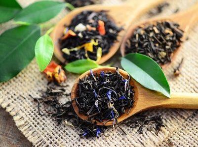 Pieds, coudes secs et calleux :  • Portez à ébullition 1/2 litre d'eau ;  • Plongez-y une dizaine de feuilles de thé et laissez infuser pendant 15 minutes sur feu doux. • Versez ensuite le tout dans un récipient en filtrant bien les feuilles qui vont vous servir. • Dans un petit bol, mettez un peu d'huile d'olive, trempez-y les feuilles de thé et laissez poser durant 10 minutes.  • Enfin, passez ces feuilles huilées sur les zones sèches de votre corps !