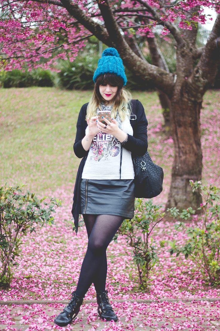 Look para dia frio com saia meia calça coturno camiseta da coleção da Just Lia para Chico Rei, cardigã preto, bolsa da Kipling e touca turquesa