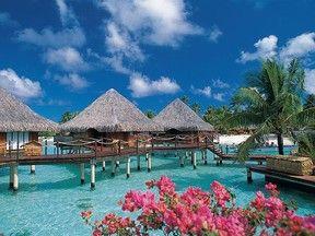 Além das praias de areia branca e do mar azul-esverdeado, Bora Bora é um local tão tão calmo que também atrai os casais por seus hotéis e resorts luxuosos, com bangalôs que adentram pela água.