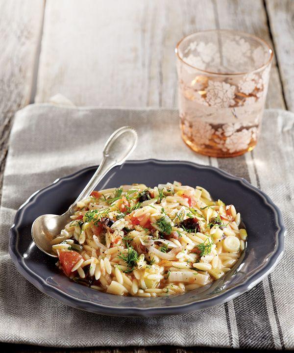 Μια διαφορετική, gourmet εκδοχή για πρασόρυζο, με κριθαράκι όμως και αποξηραμένα δαμάσκηνα που δίνουν στο φαγητό ακόμη πιο ιδιαίτερη γεύση.