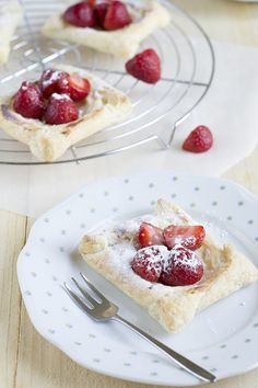 Snelle cheesecake taartje met aardbei | via BrendaKookt.nl
