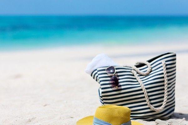 İçine bikini, plaj havlusu, kitap, gözlük ve daha birçok şey koyabildiğimiz plaj çantası: büyüksün! #plajcantasi #tatil #bikini #mayo #style #trend #deniz